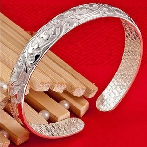 BRAND NEW.925 STERLING SILVER BANGLE BRACELET